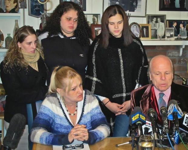 Shannan Gilbert's sisters Sarra Elizabeth Gilbert (center), Stevie Smith (L) and Sherre Gilbert (R) her mother Mari Gilbert (seated left) and attorney John Ray1.jpg