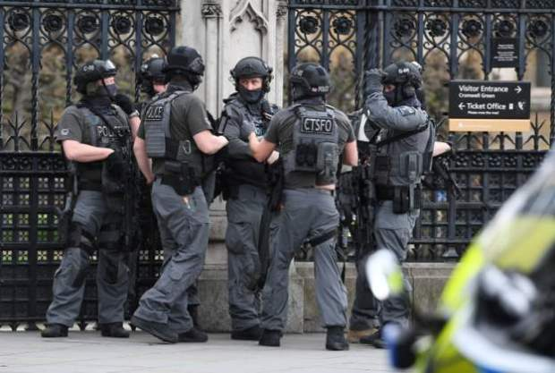 The level of police activity outside Parliament is unprecedented, the BBC's Eleanor Garnier says.jpg