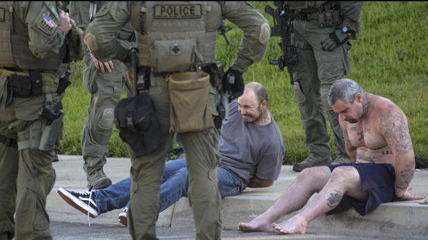 Federal agents target a biker gang, Vagoe5