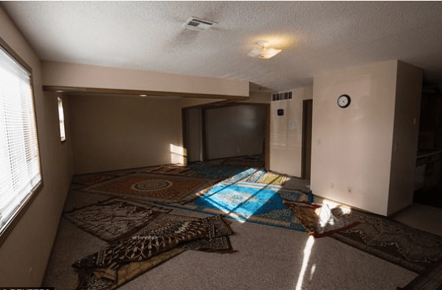 Interior photo of the targeted Islamic mosque in Garden City, Kansas.PNG