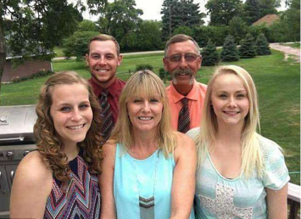 Sydney Loofe [right],  her mom Susie [center]], sister MacKenzie [left], brother Levi [backrow left], dad George Loofe [backrow, right] 1.png