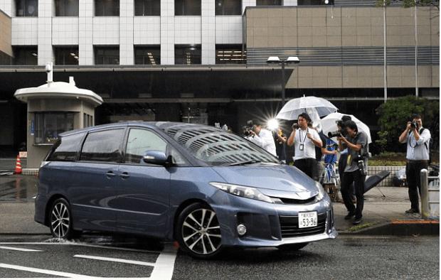 Ayumi Kuboki leaving police station in Tokyo 1.png