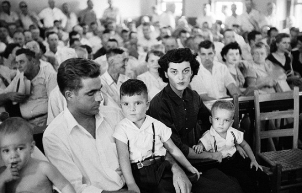 Roy Bryant sits with his family at the Tallahatchie County Courthouse in 1955.png