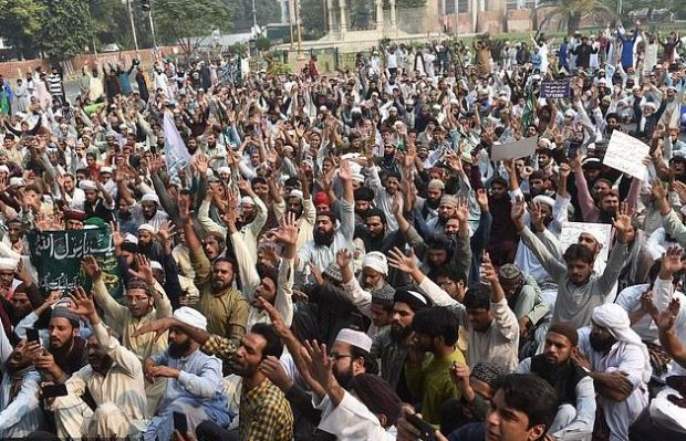 Tehreek-e-Labaik Pakistan (TLP) supporters chant slogans during a protest against the court decision to overturn the conviction of Asia Bibi 1.JPG