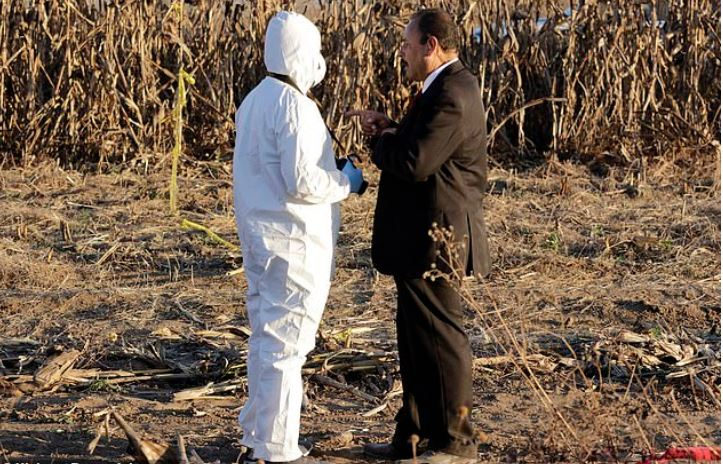 Forensic tem at the spot where Martha Erika Alonso and her husband Rafael Moreno Valle Rosas died in a plane crash 4