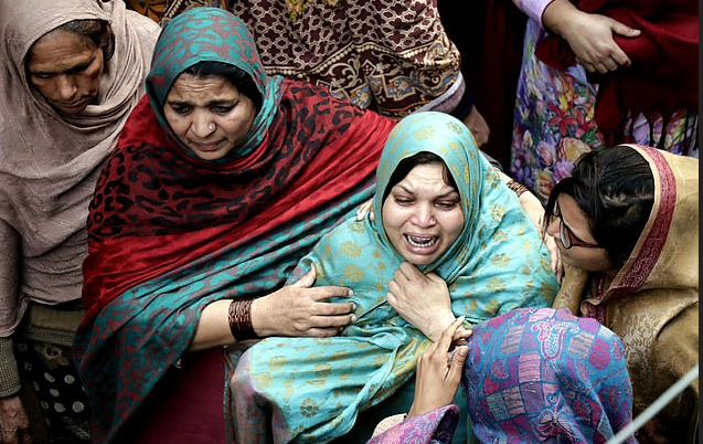 Relatives mourn family killed at checkpoint by cops in Pakistan 1