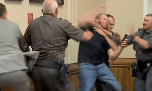 Kwin Boes' brother attacks him in court 1