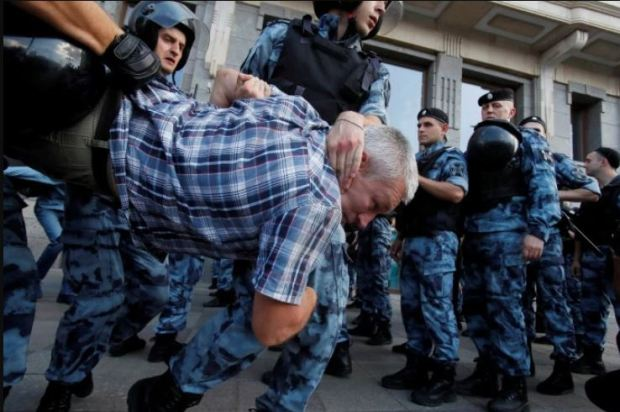 police batter protesters in Moscow 3