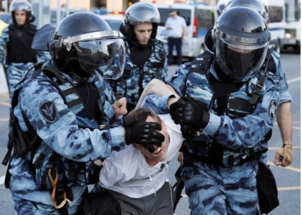 police batter protesters in Moscow 6