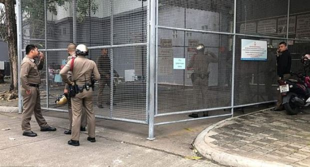Officers outside the jail where Bart Allen Helmus and three other suspects were kept outside the courthouse in Pattaya 1.JPG