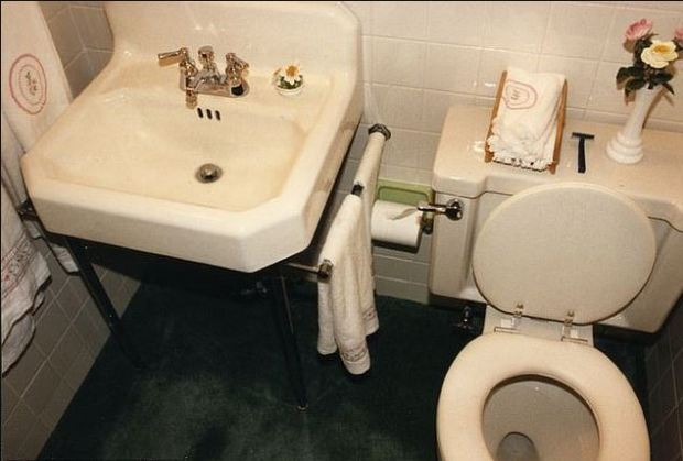 Bathroom in the home where Everett Carr was murdered in Dec 1985