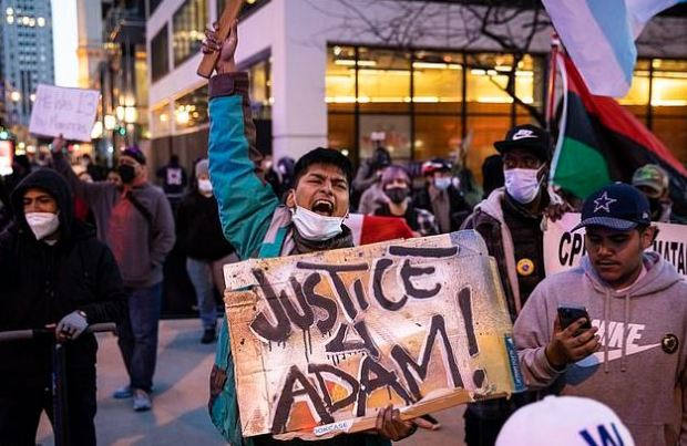 This image has an empty alt attribute; its file name is Peaceful-protest-Wednesday-in-down-town-Chicago-ahead-of-city-releasing-the-video-of-Adam-Toledos-shooting-3.jpg