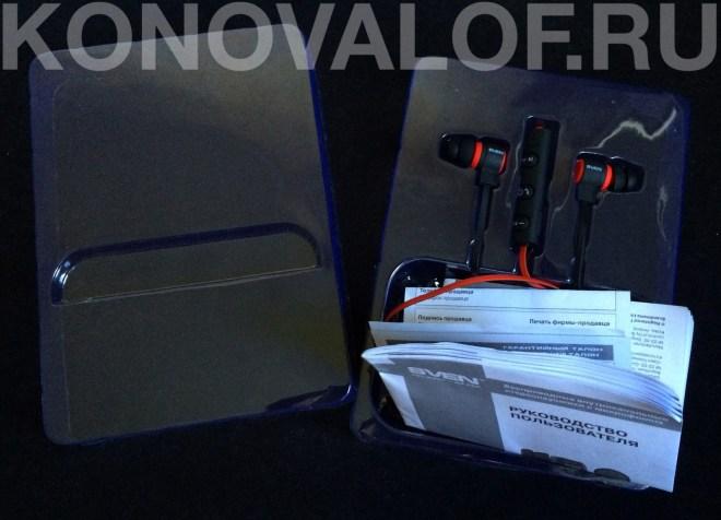 Внутри коробки гарнитура зафиксирована на пластиковой подложке, в нижнем отсеке под руководством пользователя скрывается весь скромный комплект поставки