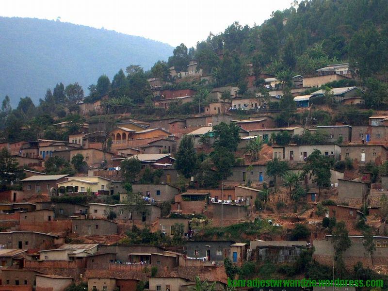 Przeludnione Kigali wspina się na zbocza otaczających je gór