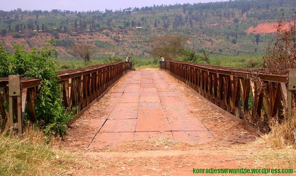 Pomyślałem sobie, że skoro za każdym razem w drodze do Kigali jedziemy mostem nowym, nieciekawym, przejdę sobie starym, co też zrobiłem. Dopiero na końcu zauważyłem, że siedzący panowie trzymają maczety.