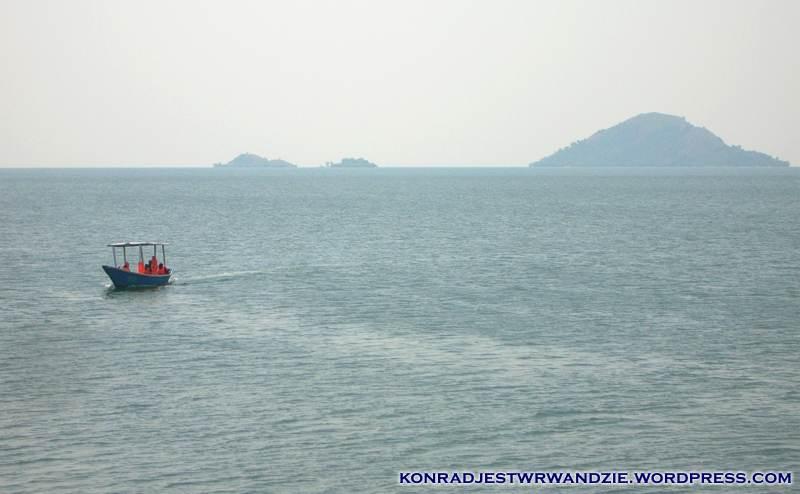Taką łódeczką można sobie popłynąć do restauracji położonej na jednej z wysp w tle.