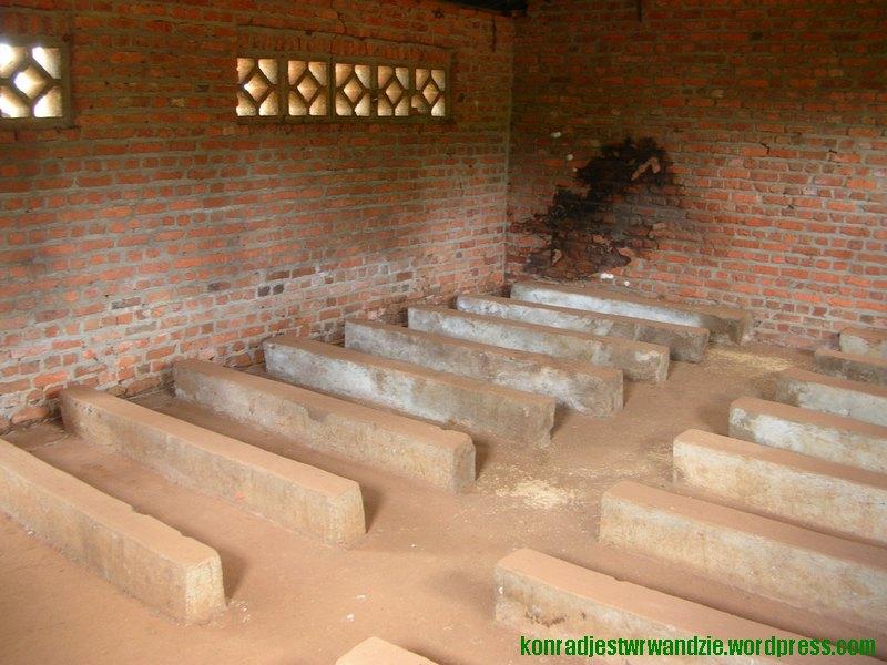 Szkoła parafialna w Ntarama. Ciemna plama na ścianie to zaschnięta krew. Bojówki Hutu chwytały dzieci i rzucały nimi o ścianę przez całą długość sali.