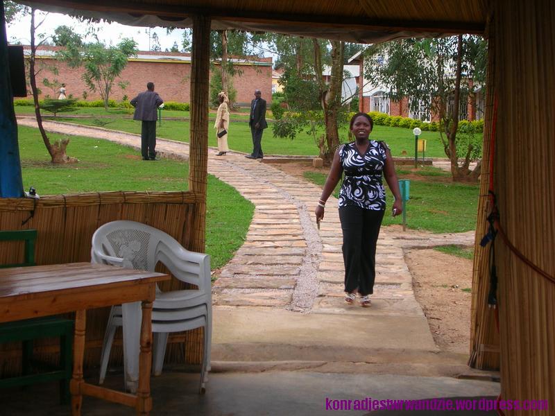 Do bungalow schodzą się goście. Jedną z pierwszych była Vestine