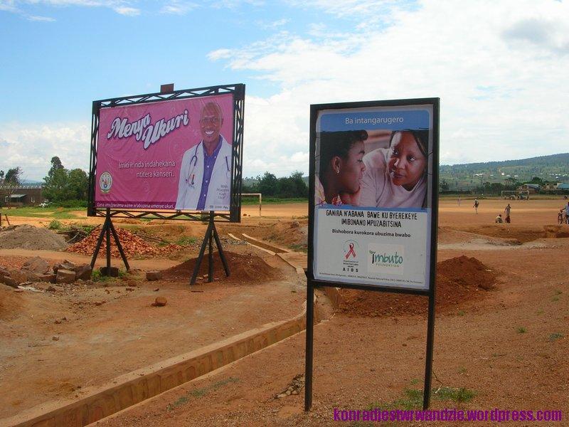Na różowo i niebiesko. Plansze informujące, że wszędzie dookoła czycha AIDS znajdują się na każdym kroku.