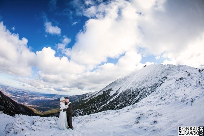 Ślubna sesja w zimowej, górskiej scenerii | Konrad Żurawski