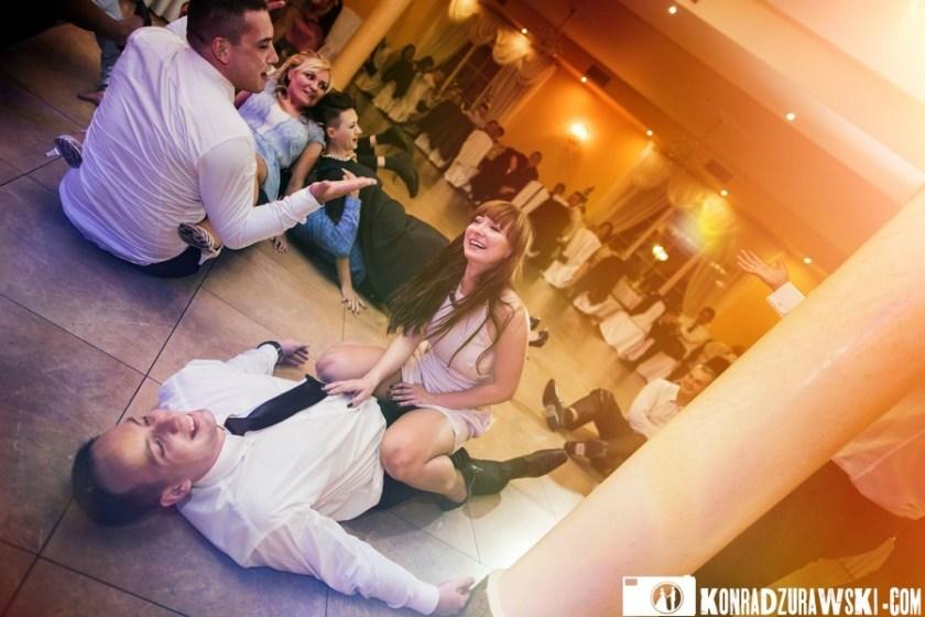 Wyczerpani, ale szczęśliwi goście weselni Adrianny i Grześka. Fotograf ślubny Jelenia Góra - Konrad Żurawski