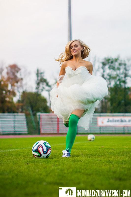 W pogoni za piłką... i kto powiedział, że piłka nożna to sport dla mężczyzn? Fotograf ślubny Jelenia Góra - Konrad Żurawski