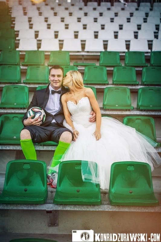 Tak wygląda miłość na stadionie. Fotograf ślubny Jelenia Góra - Konrad Żurawski