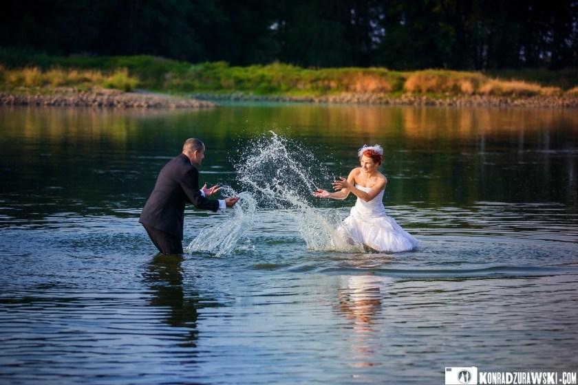 Wodnym zabawom podczas nietypowego pleneru ślubnego nie było końca | Zdjęcia Konrad Żurawski