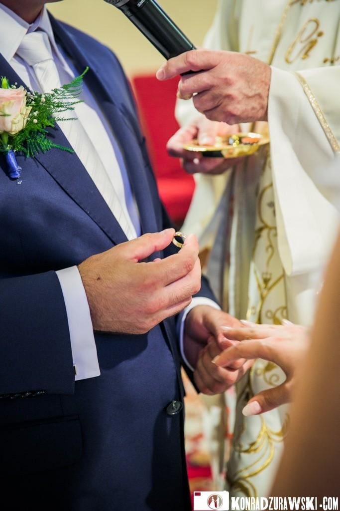 Nie zabrakło także symbolu miłości i wierności, czyli ślubnych obrączek | Ślubne zdjęcia w wykonaniu Konrada Żurawskiego