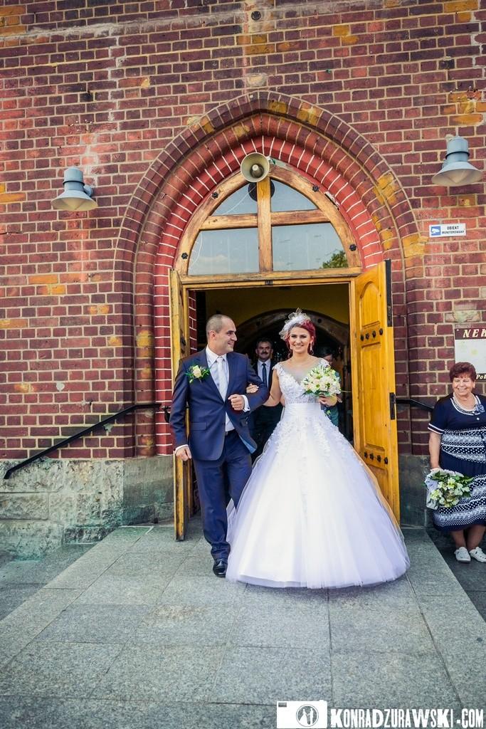 Nowożeńcy po wyjściu z kościoła | Fotograf Konrad Żurawski