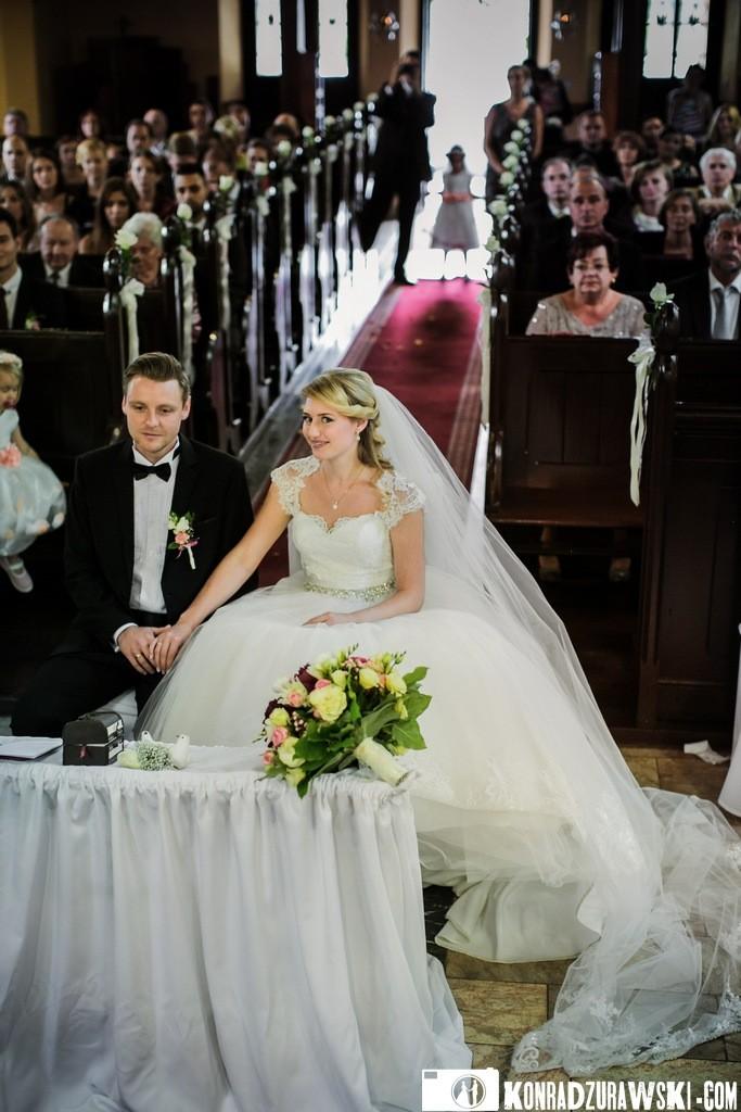 Kościół pełen Gości weselnych, ale na pierwszym planie oczywiście Państwo Młodzi   Konrad Żurawski fotograf ślubny