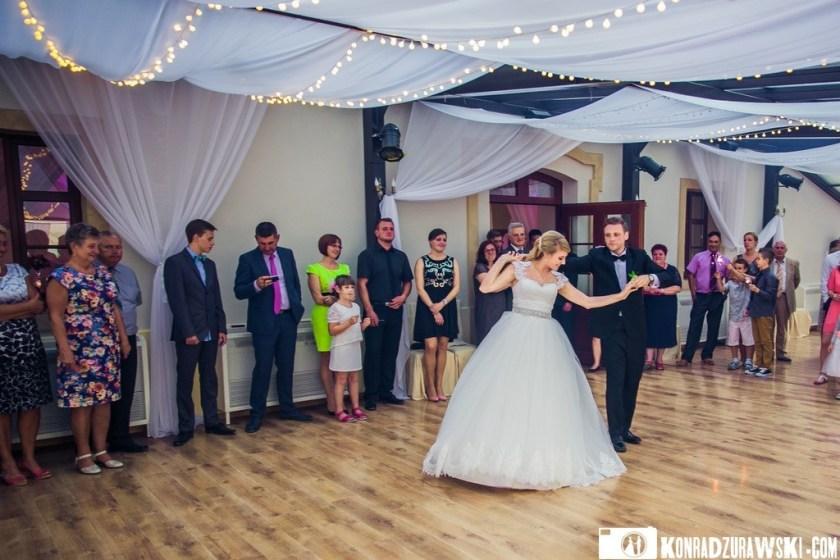 Jeden z najważniejszych momentów ceremonii ślubnej - pierwszy taniec w wykonaniu Jessi i Alex   Konrad Żurawski