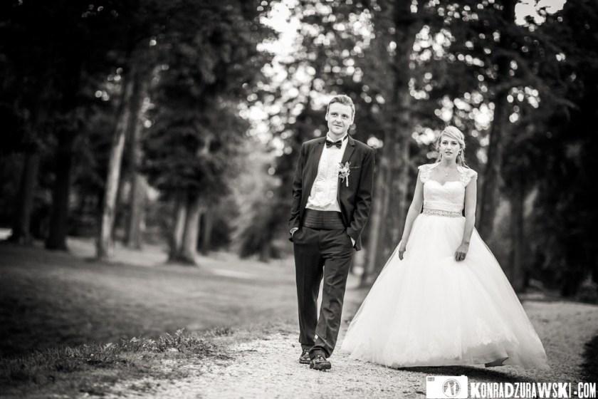 Jessi i Alex w czarno-białym wydaniu. Efekty ślubnego pleneru w parku Pałacu Wojanów   Konrad Żurawski