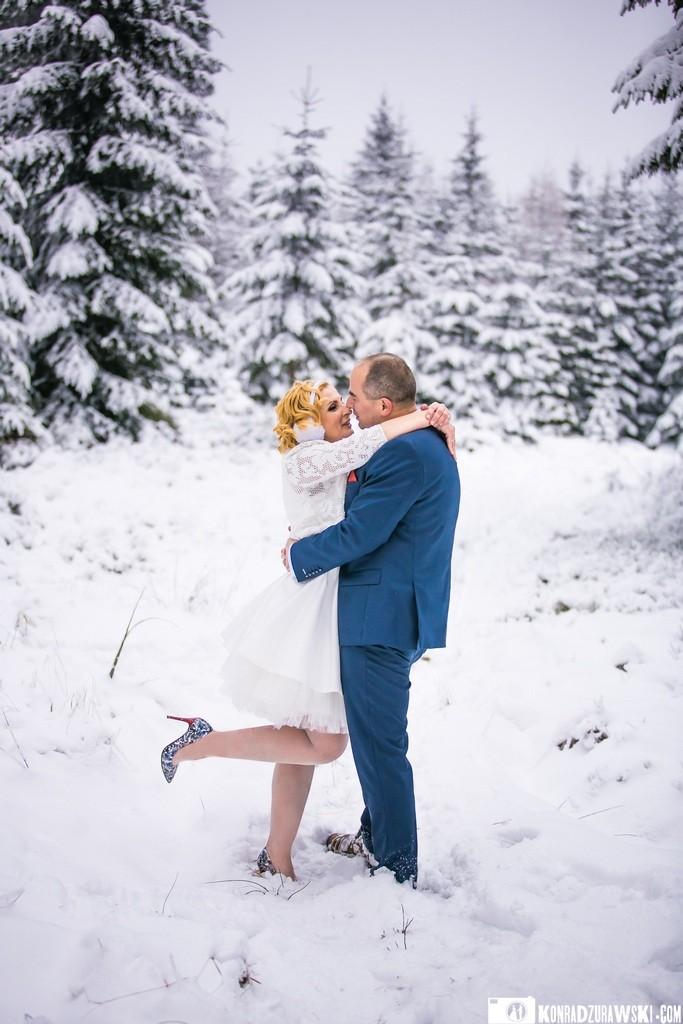 Zakochani wśród śnieżnobiałego puchu - sesja zimowa Marty i Grześka   Konrad Żurawski