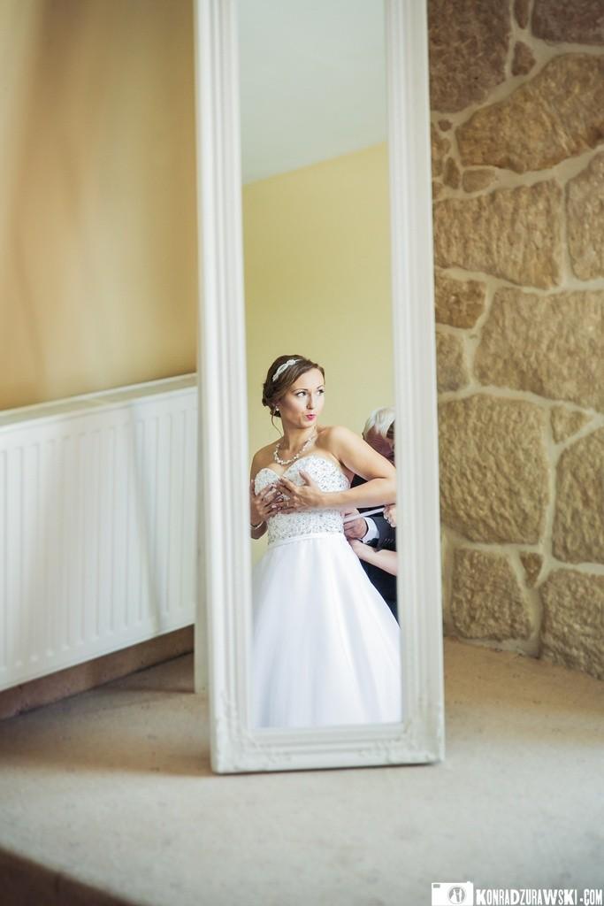 Panna Młoda już w sukni, czyli ostatnie szlify przed wielką chwilą   fotograf Konrad Żurawski