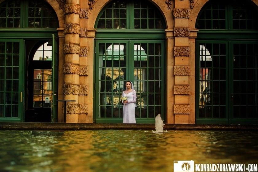 Agata w oczekiwaniu na swojego męża - plener ślubny w Dreźnie. Fotografia ślubna Wrocław | Konrad Żurawski