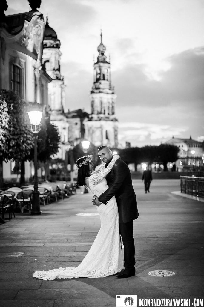 Urok czarno-białych zdjęć podczas sesji plenerowej w Dreźnie. Fotograf Konrad Żurawski