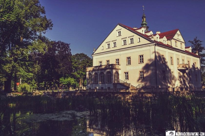 Pałac Ciechanowice to wyjątkowy i zabytkowy obiekt, który znajduje się na terenie Dolnego Śląska. Doskonałe miejsce na ślubne zdjęcia | Konrad Żurawski