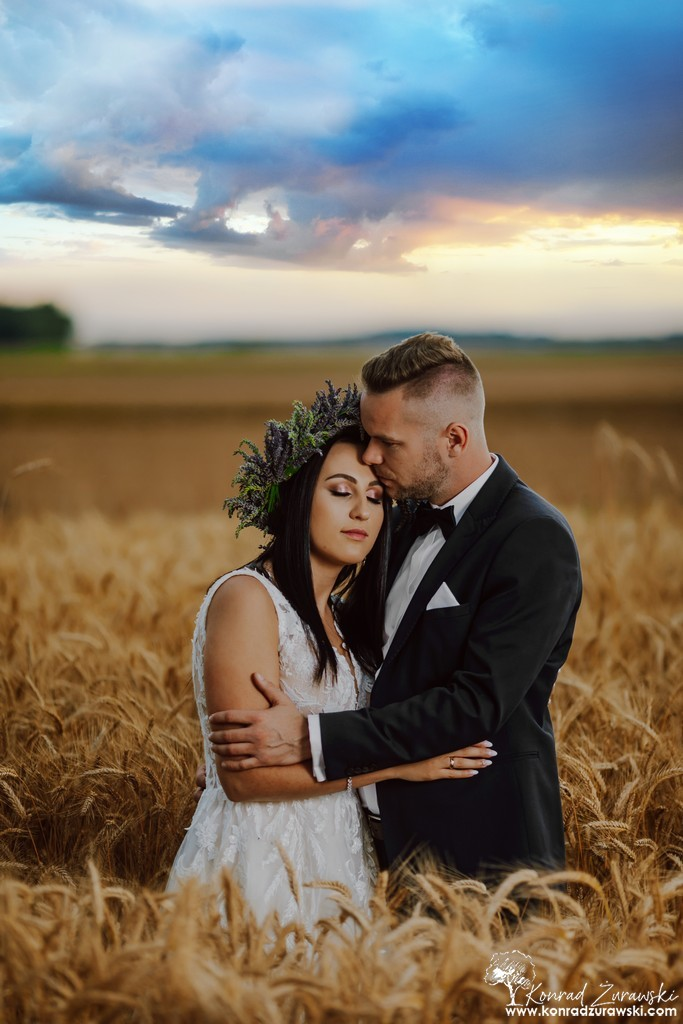 Piękna para - Kinga i Tomasz w polu pszenicy - fotografia ślubna Zgorzelec | Konrad Żurawski