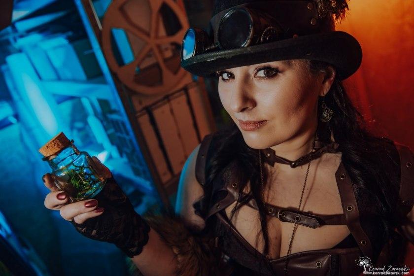 Magda w strojuw stylu Steam Punk, który idealnie wpasował się w sesje wizerunkową dla swojej firmy - sesje biznesowe Jelenia Góra