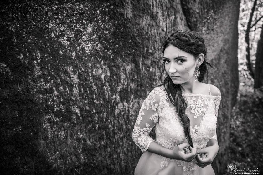 Czarno-białe zdjęcia Dominiki podczas sesji ślubnej. Fotografia ślubna Jelenia Góra - Konrad Żurawski