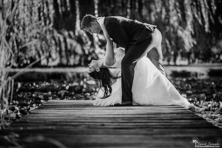 Czarno-białe ujęcia tworzą niesamowity klimat podczas ślubnych sesji - fotografia ślubna Jelenia Góra