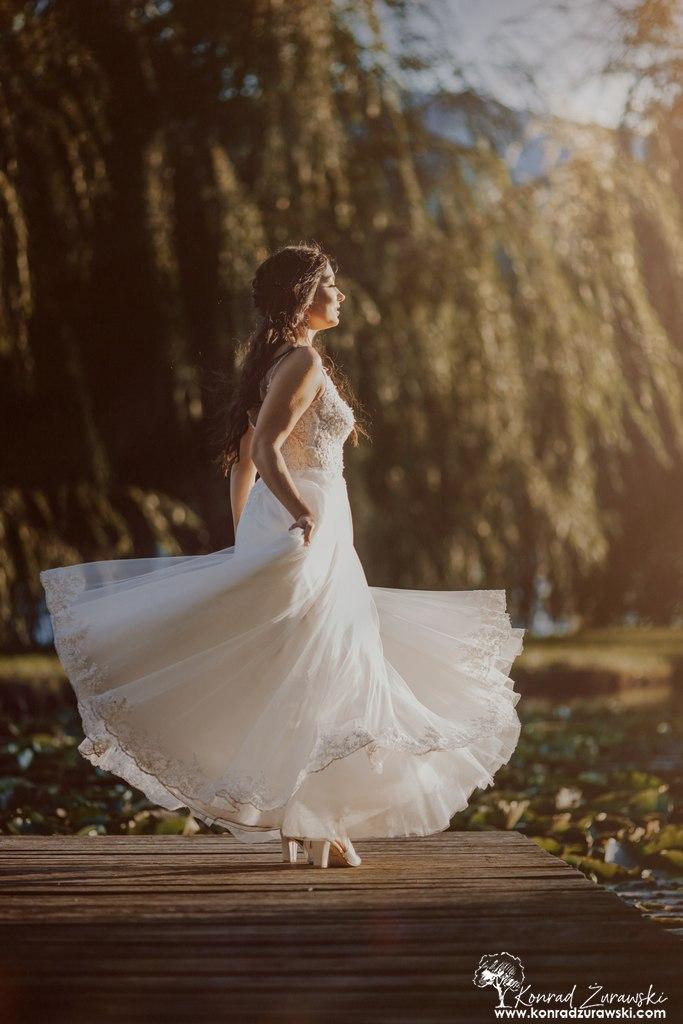 W stronę słońca - Dominika podczas ślubnej sesji. Fotografia ślubna Jelenia Góra | Konrad Żurawski