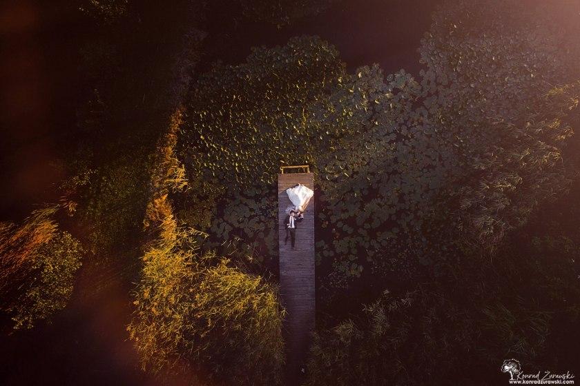 Czy można chcieć czegoś więcej, jak leżenie obok ukochanej osoby na pomoście? Fotografia ślubna Jelenia Góra