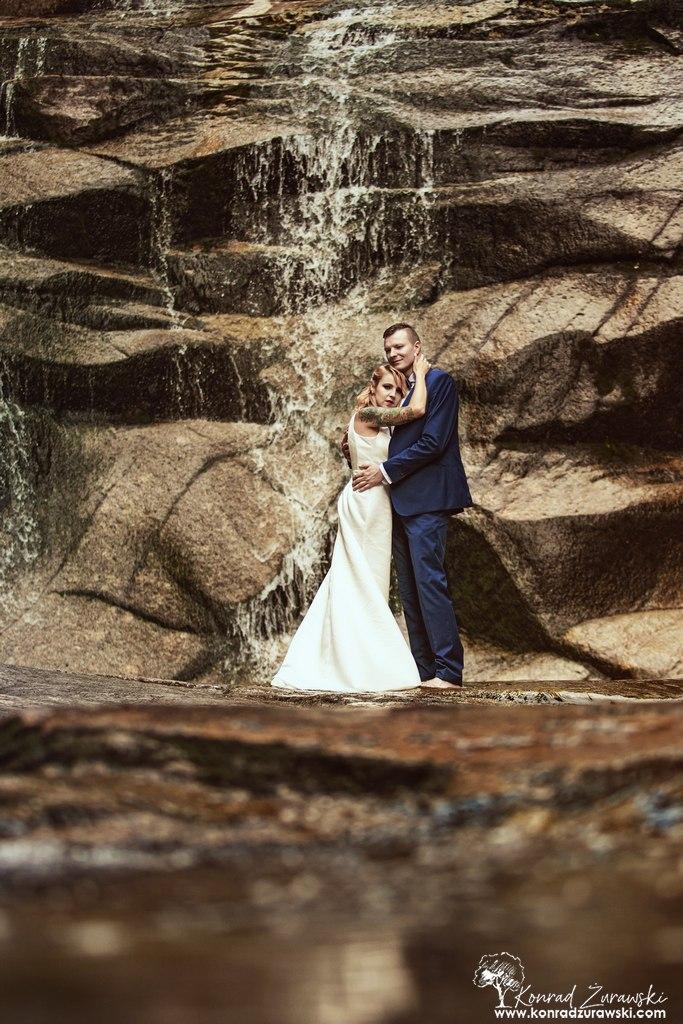 Wodospad Mumlavy to urokliwe miejsce na ślubne sesje plenerowe | Fotograf Konrad Żurawski