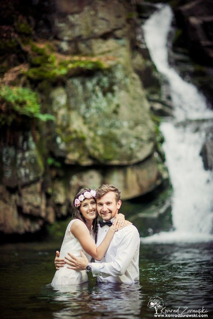 Jest wiele pomysłów na ślubne sesje plenetowe, a jednym z nich jest sesja z wodospadem w tle | Konrad Żurawski