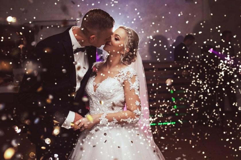 Konfetti na koniec pierwszego tańca weselnego | Fotograf ślubny Konrad Żurawski