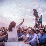 Discurso de Cristina en Florencio Varela: «Lo que el pueblo de EEUU está buscando es alguien que rompa con el establishment económico»
