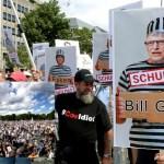 """Miles de personas marcharon en Berlin y acusaron a la OMS y a Bill Gates de montar una """"estafa"""" con el Covid19"""