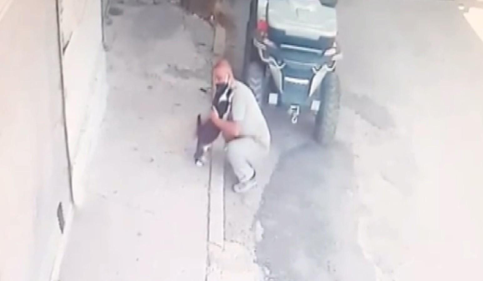 Kedi her sabah sahibini kapıda karşılayarak kucaklıyor